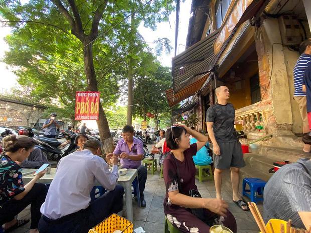 Sau khi gây bão mạng xã hội, hàng Phở Khôi có ông chủ khó tính nhất nhì Hà Nội bất ngờ đông nghẹt khách, có người chờ lâu quá phải cáu kỉnh bỏ đi - Ảnh 1.