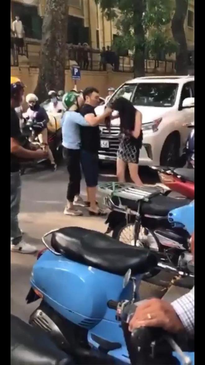 Góc quay toàn cảnh vụ đánh ghen trên phố Lý Nam Đế: Chân dung người vợ và khoảnh khắc lái xe Lexus rời đi - Ảnh 2.