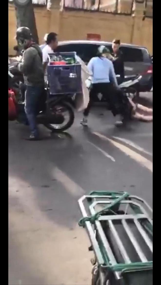 Góc quay toàn cảnh vụ đánh ghen trên phố Lý Nam Đế: Chân dung người vợ và khoảnh khắc lái xe Lexus rời đi - Ảnh 3.