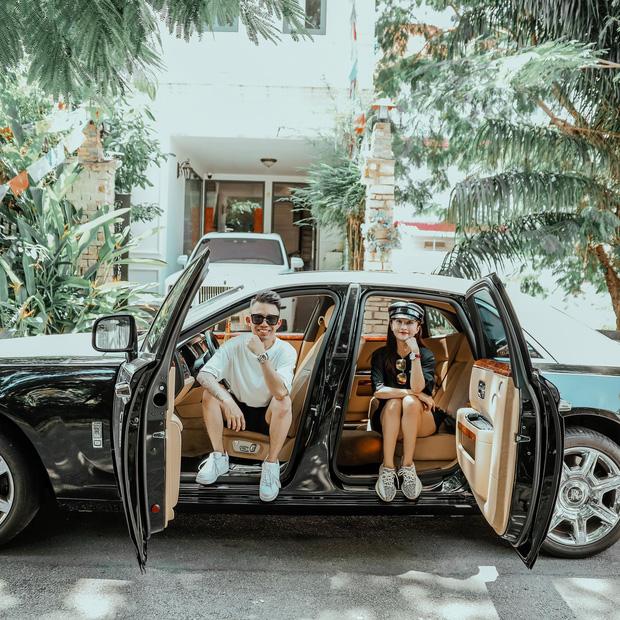 Minh Nhựa và vợ khoe ảnh bên xe Rolls Royce 50 tỷ, dân tình thích thú khi thấy cả Wowy cũng vào comment - Ảnh 1.