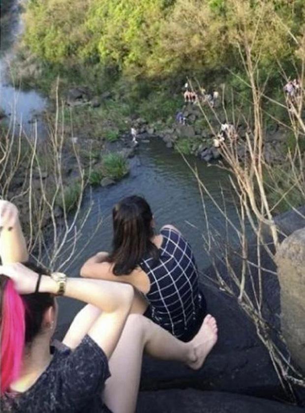 Đi chơi trên đỉnh thác, đôi bạn thân không ngờ Tử thần xuất hiện ngay bên cạnh dẫn đến thảm kịch đau lòng - Ảnh 2.