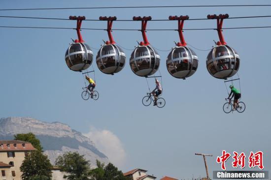 Ngỡ ngàng với màn đạp xe trên không trong lễ khai mạc giải đua xe đạp nổi tiếng thế giới - Ảnh 1.
