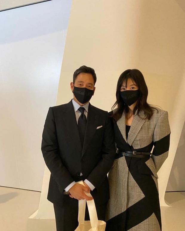 'Mợ chảnh' Jeon Ji Hyun đã hết... chảnh chỉ vì tóc mái, hội ngộ 'thái tử' gia tộc Samsung một thời tại sự kiện - ảnh 2