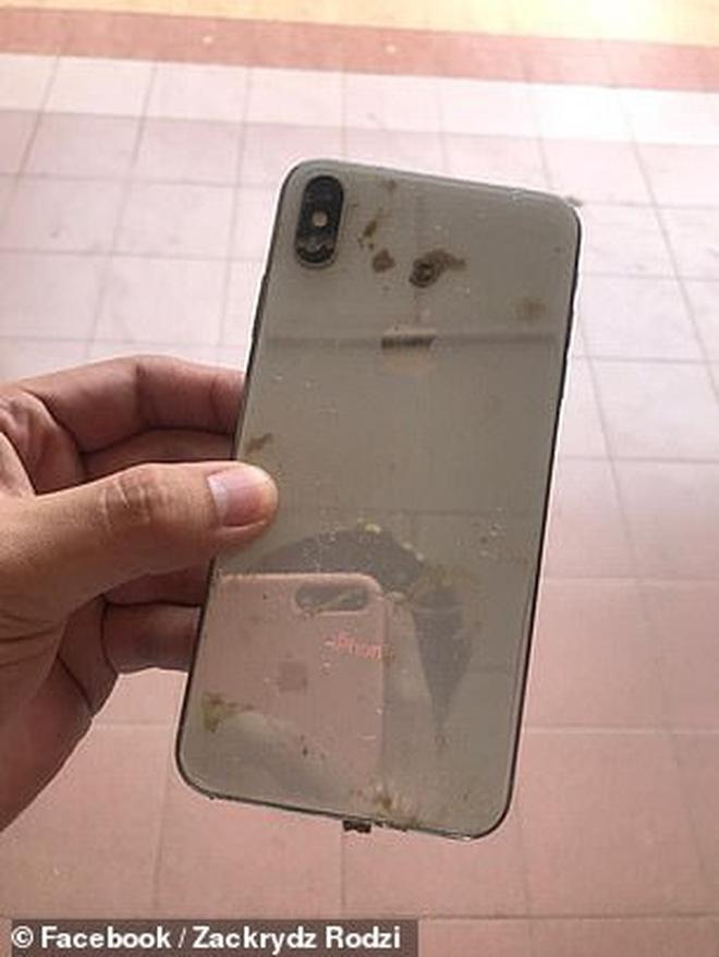 Tìm thấy điện thoại bị trộm ngập trong bùn lầy, thanh niên bất ngờ hơn khi phát hiện loạt video và ảnh tự sướng của kẻ lạ mặt - Ảnh 5.