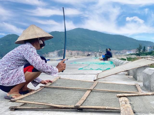 Ngư dân Hà Tĩnh trúng đậm cá cơm, mỗi ngày thu tiền triệu - Ảnh 10.