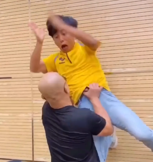 Nóng: Yi Long nhấc bổng đối thủ rồi ném xuống đất; gửi thư tuyên chiến Mike Tyson - Ảnh 1.