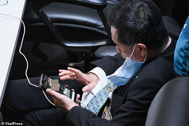 Nghị sĩ Thái Lan bị bắt quả tang xem ảnh khỏa thân khi đang họp quốc hội - Ảnh 2.