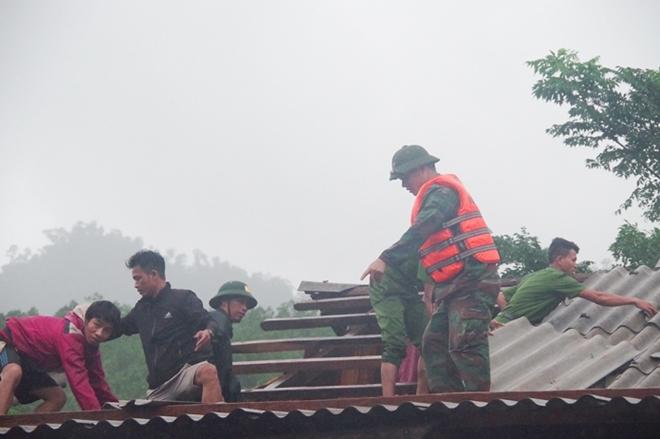 9 người bị thương, nhiều bản bị chia cắt tạm thời ở Quảng Bình - Ảnh 2.