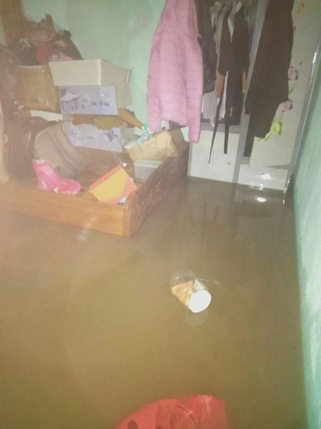Sinh viên Đà Nẵng khóc ròng nhìn phòng trọ ngập tận mép giường, cả đêm thức trắng tát nước ra ngoài - Ảnh 7.