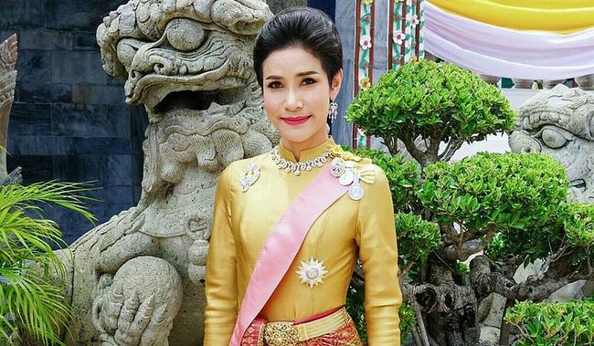 Vua Thái Lan bất ngờ phục vị cho Hoàng quý phi sau gần 1 năm phế truất - Ảnh 1.