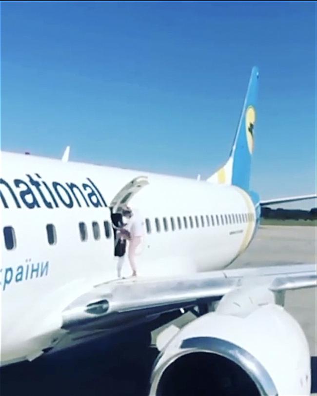 Máy bay vừa đáp, nữ hành khách bỏ mặc chồng con liền bước ra cánh máy bay để... hóng gió vì quá nóng, nhận luôn cái kết cay đắng - Ảnh 2.