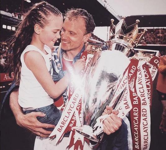 Con gái Dennis Bergkamp - Bạn gái van de Beek: Sexy đến không ngờ! - Ảnh 11.