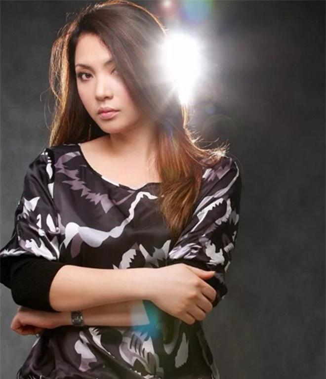 Vẻ gợi cảm, sành điệu của chị gái ruột Hồ Quỳnh Hương - Ảnh 3.