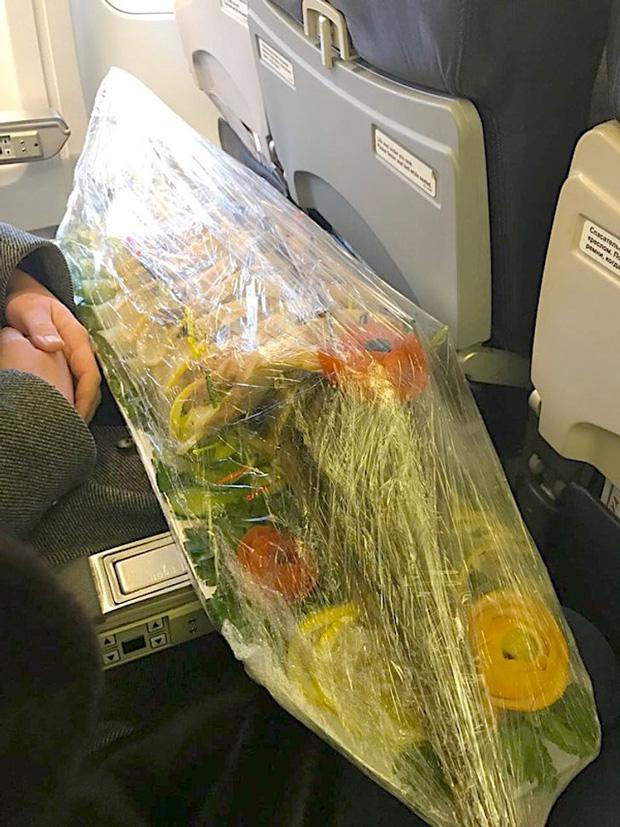 """Các vị khách """"tự nhiên như ở nhà"""" trên máy bay, tôi chỉ muốn một chuyến đi bình thường thôi mà? - Ảnh 2."""