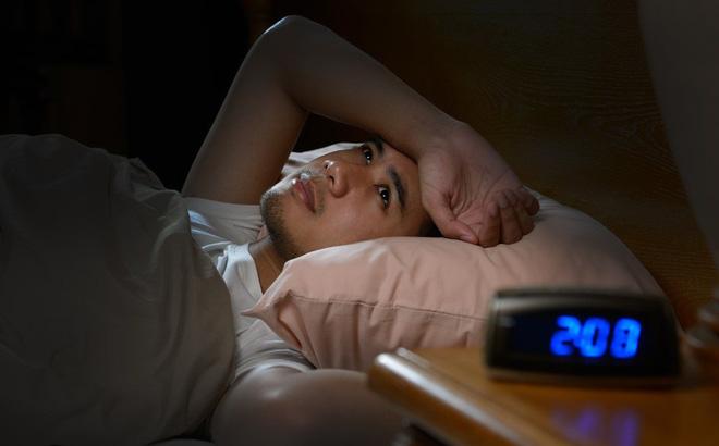 Tại sao giữa đêm chúng ta thường tỉnh giấc ngắn? - Ảnh 1.