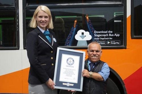Sở hữu chiều cao 1m36, người đàn ông Iraq trở thành tài xế xe buýt lùn nhất thế giới - Ảnh 1.