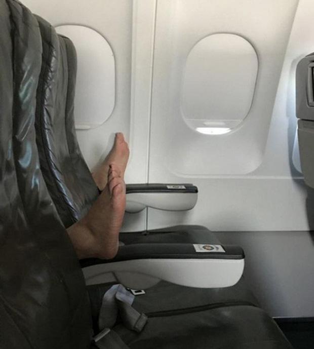 """Các vị khách """"tự nhiên như ở nhà"""" trên máy bay, tôi chỉ muốn một chuyến đi bình thường thôi mà? - Ảnh 9."""