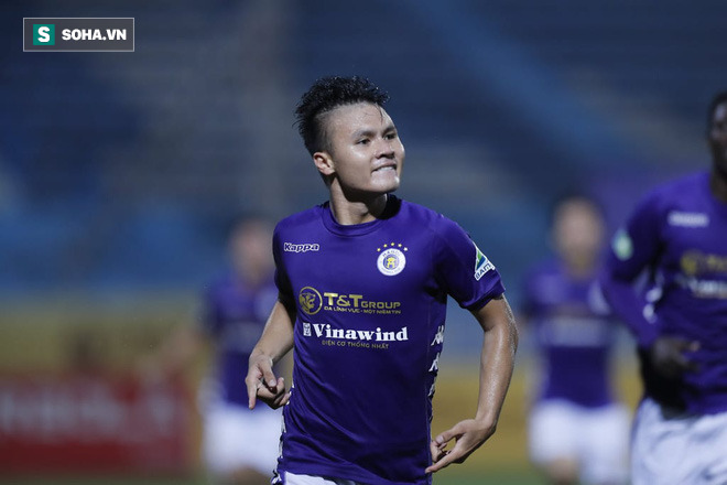 Nhận cúp từ Văn Quyết, bầu Hiển ăn mừng theo cách cực sung khiến cầu thủ Hà Nội bất ngờ - Ảnh 1.
