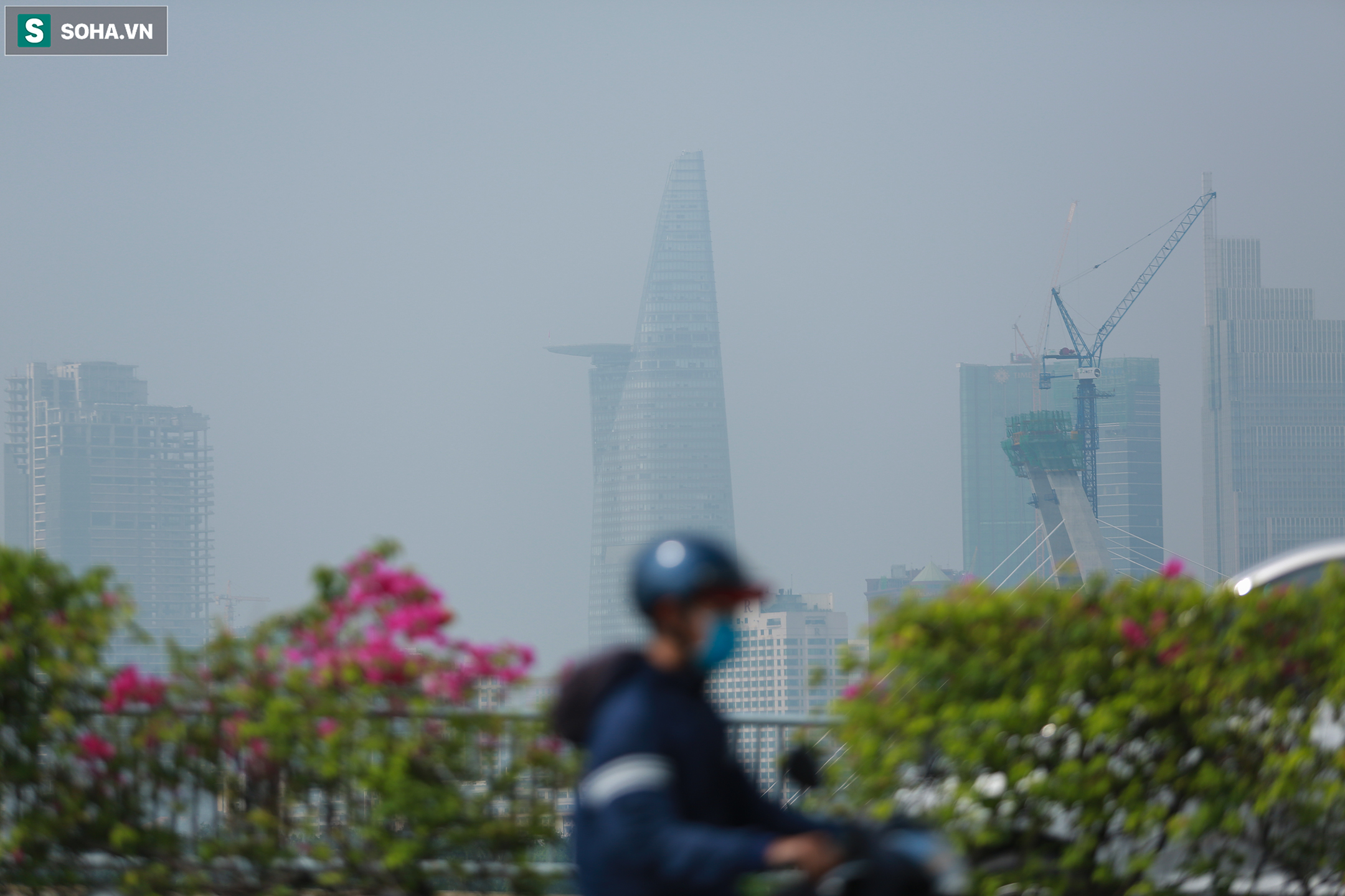 [Ảnh] Chất lượng không khí báo động đỏ, nhiều toà cao ốc ở TP.HCM bất ngờ biến mất trong sáng đầu tuần - Ảnh 3.
