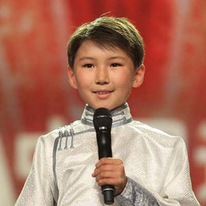 Cậu bé hát Gặp mẹ trong mơ gây sốt cả thế giới 9 năm trước giờ ra sao? - Ảnh 1.