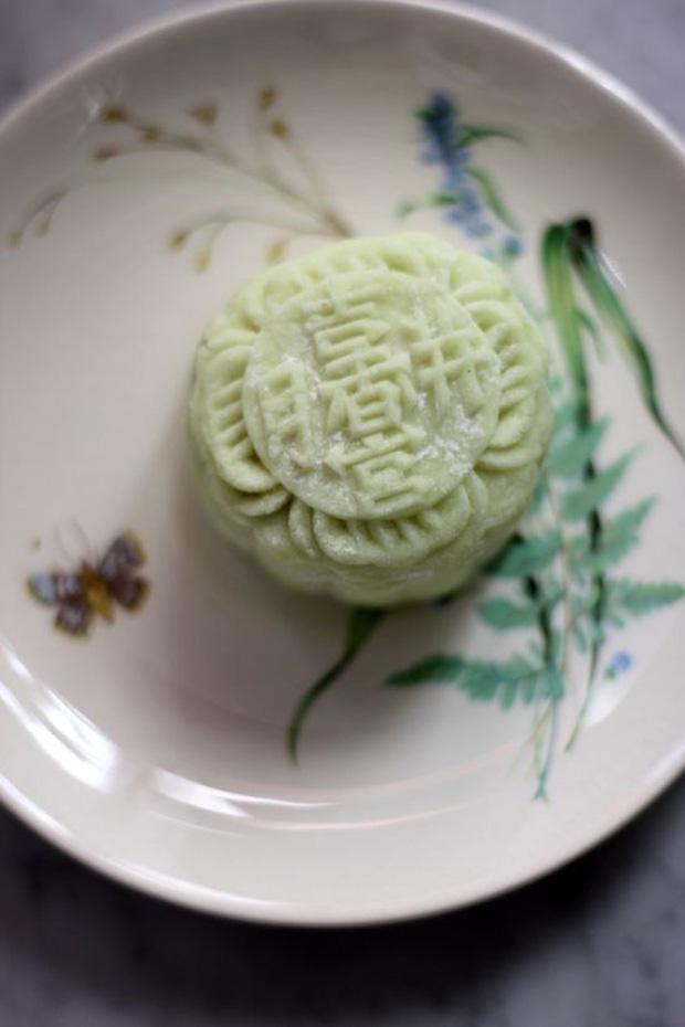 Chưa kịp hết choáng với bánh Trung thu xôi xéo, lại có thêm bánh Trung thu rau mùi và những hương vị độc lạ khác thách thức vị giác người ăn - Ảnh 4.