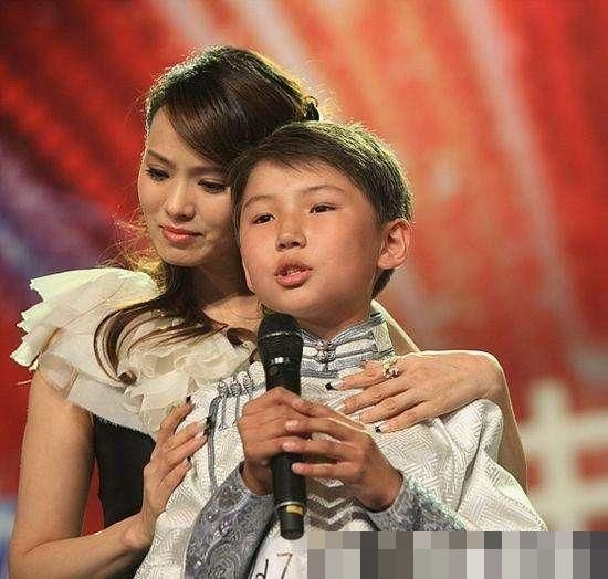 Cậu bé hát Gặp mẹ trong mơ gây sốt cả thế giới 9 năm trước giờ ra sao? - Ảnh 2.