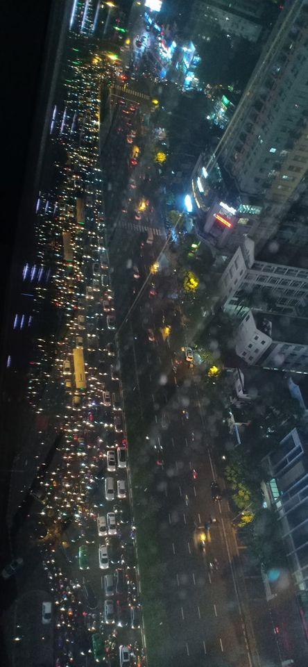 Đặc sản Hà Nội trong ngày mưa nhìn từ trên cao: Ngã tư kẹt cứng, cảm giác không lối thoát - Ảnh 7.
