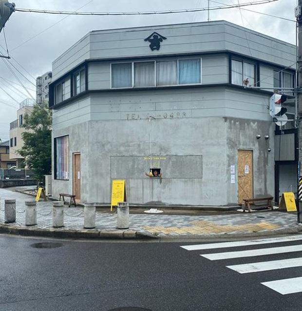 Quán cà phê trông như nhà hoang ở Nhật Bản, linh vật là một quả chuối, khách tới mua hàng qua ô cửa như lỗ châu mai - Ảnh 1.