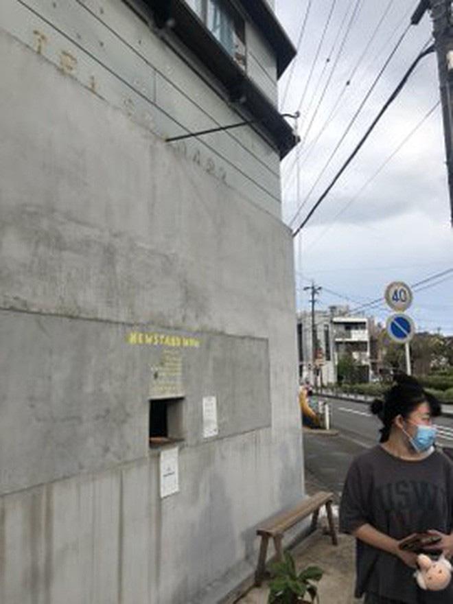 Quán cà phê trông như nhà hoang ở Nhật Bản, linh vật là một quả chuối, khách tới mua hàng qua ô cửa như lỗ châu mai - Ảnh 8.