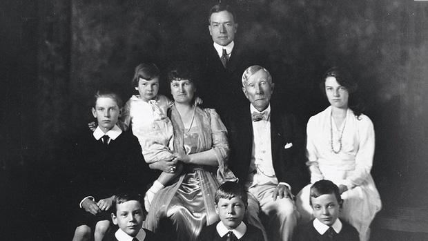 Bí mật về gia tộc giàu nhất trong những người giàu: Hưng thịnh qua 7 thế hệ với 174 người thừa kế, phá vỡ lời nguyền không ai giàu 3 họ - Ảnh 1.