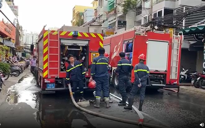 Một cảnh sát bị thương khi chữa cháy căn nhà trong hẻm - Ảnh 1.