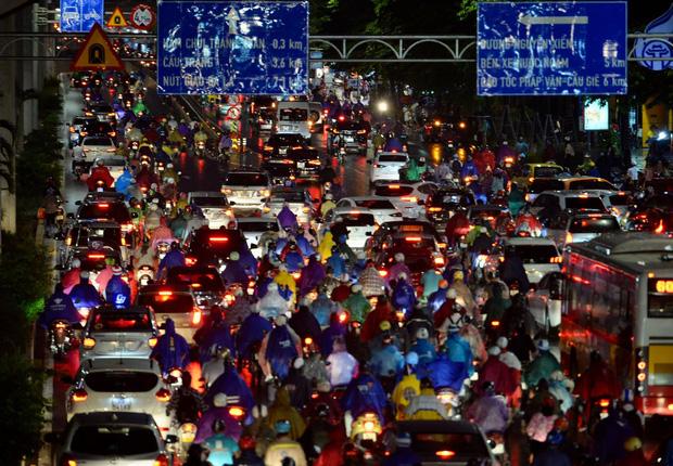 [ẢNH] Cơn mưa lớn kéo dài, người dân Hà Nội chôn chân vì tắc đường kinh hoàng - Ảnh 4.