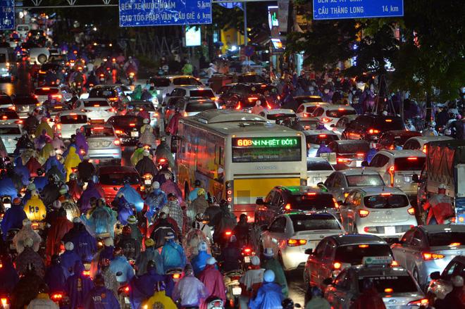 [ẢNH] Cơn mưa lớn kéo dài, người dân Hà Nội chôn chân vì tắc đường kinh hoàng - Ảnh 5.