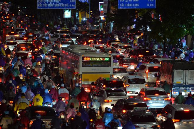 [ẢNH] Cơn mưa lớn kéo dài, người dân Hà Nội chôn chân vì tắc đường kinh hoàng - Ảnh 6.