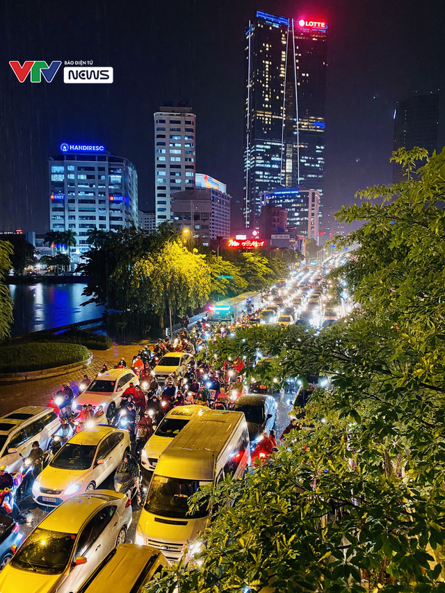 [ẢNH] Cơn mưa lớn kéo dài, người dân Hà Nội chôn chân vì tắc đường kinh hoàng - Ảnh 10.