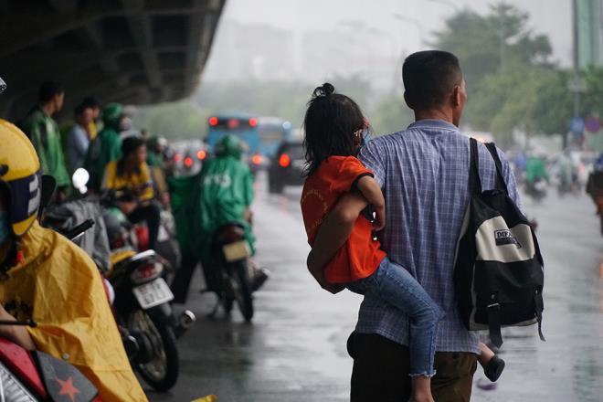 [ẢNH] Cơn mưa lớn kéo dài, người dân Hà Nội chôn chân vì tắc đường kinh hoàng - Ảnh 8.