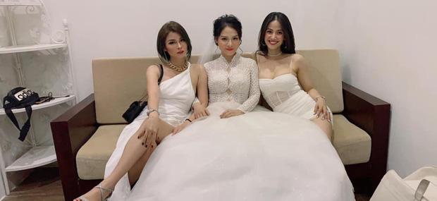 Hội gái xinh dự đám cưới với tinh thần 'lúc đi hết mình lúc về hết... hồn', cô dâu là người đứng sau tất cả - ảnh 1