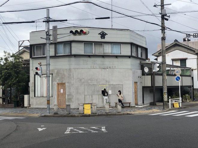 Quán cà phê trông như nhà hoang ở Nhật Bản, linh vật là một quả chuối, khách tới mua hàng qua ô cửa như lỗ châu mai - Ảnh 9.