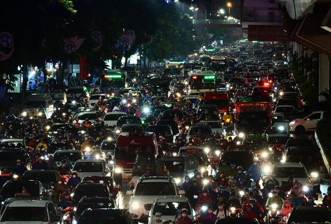 [ẢNH] Cơn mưa lớn kéo dài, người dân Hà Nội chôn chân vì tắc đường kinh hoàng - Ảnh 7.