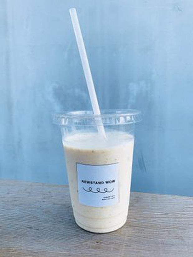 Quán cà phê trông như nhà hoang ở Nhật Bản, linh vật là một quả chuối, khách tới mua hàng qua ô cửa như lỗ châu mai - Ảnh 5.