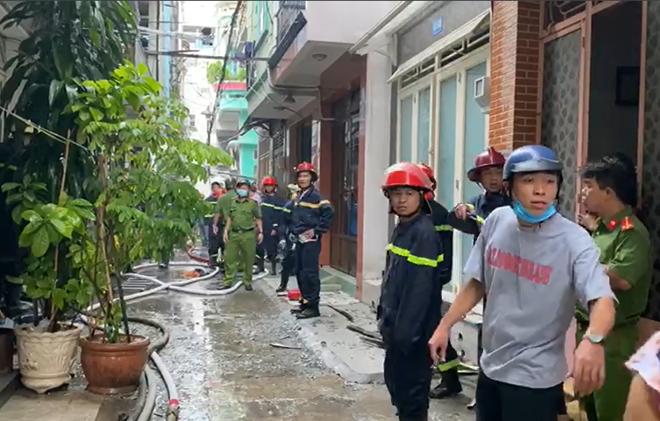 Một cảnh sát bị thương khi chữa cháy căn nhà trong hẻm - Ảnh 5.