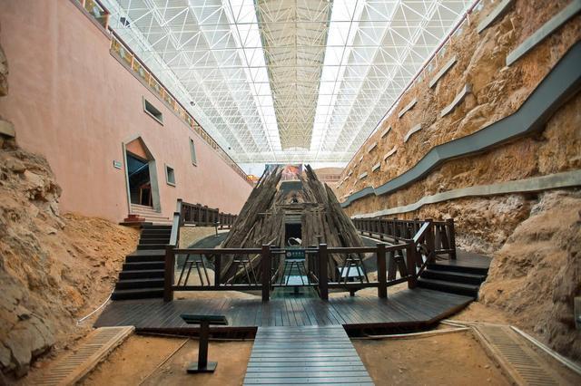 Mở quan tài bằng gỗ 1.000 năm tuổi, nhà khảo cổ bất ngờ khi nhìn vào bên trong - Ảnh 1.