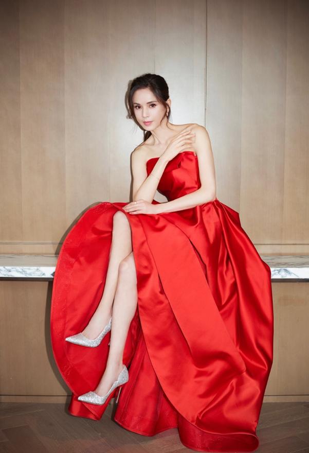 Tiểu Long Nữ Lý Nhược Đồng 54 tuổi gợi cảm với váy ngắn vai trần - Ảnh 3.