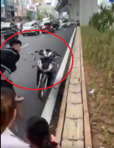 Công an vào cuộc vụ nhóm thanh niên rút hung khí đập xe người đi đường sau va chạm giao thông - Ảnh 1.