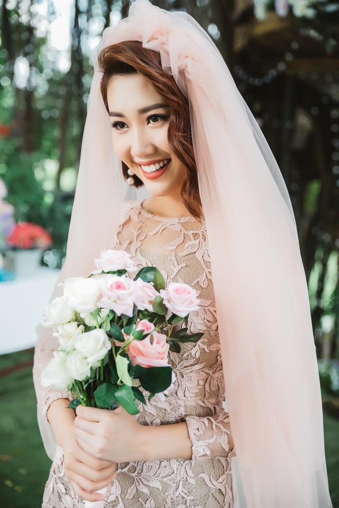 Thấy Thuý Ngân diện váy cưới gợi cảm, dân tình nóng lòng réo gọi Trương Thế Vinh ngay và luôn! - Ảnh 6.
