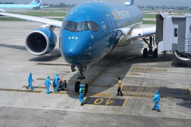 Chuyến bay vượt khó đầu tiền của Việt Nam sau dịch COVID-19 - Ảnh 1.