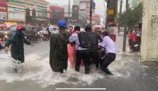 Thót tim cảnh học trò bất chấp đạp xe về nhà giữa lúc mưa bão, bị nước cuốn trôi; cặp sách, xe đạp văng xa cả mét - Ảnh 5.