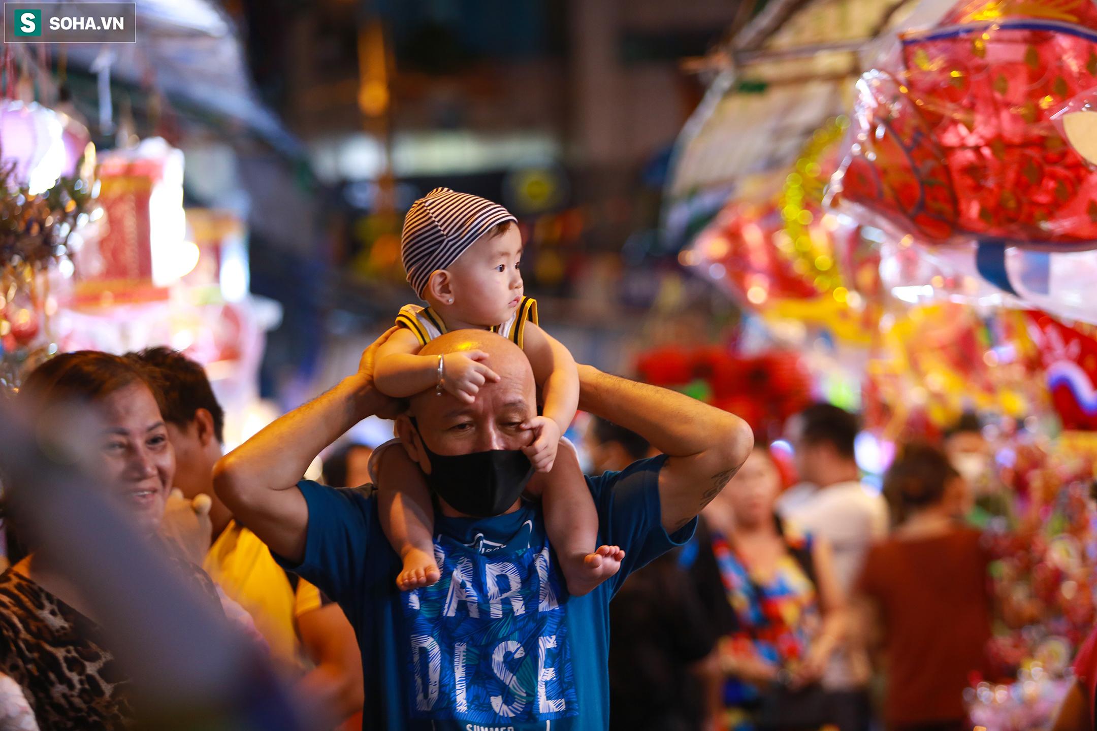 [Ảnh] Người dân chen chân check-in ở phố đèn lồng Sài Gòn trước Trung thu - Ảnh 2.