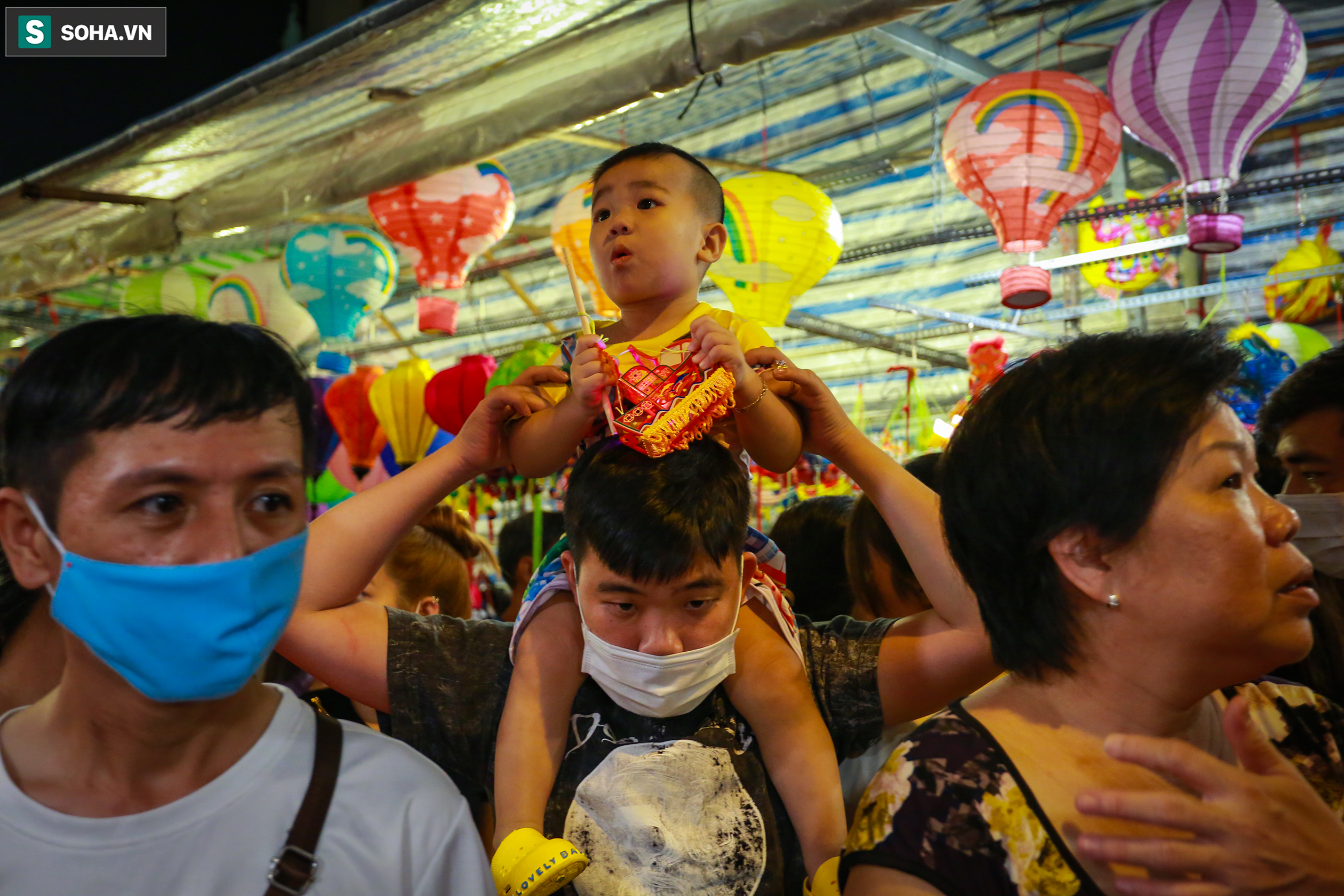 [Ảnh] Người dân chen chân check-in ở phố đèn lồng Sài Gòn trước Trung thu - Ảnh 12.