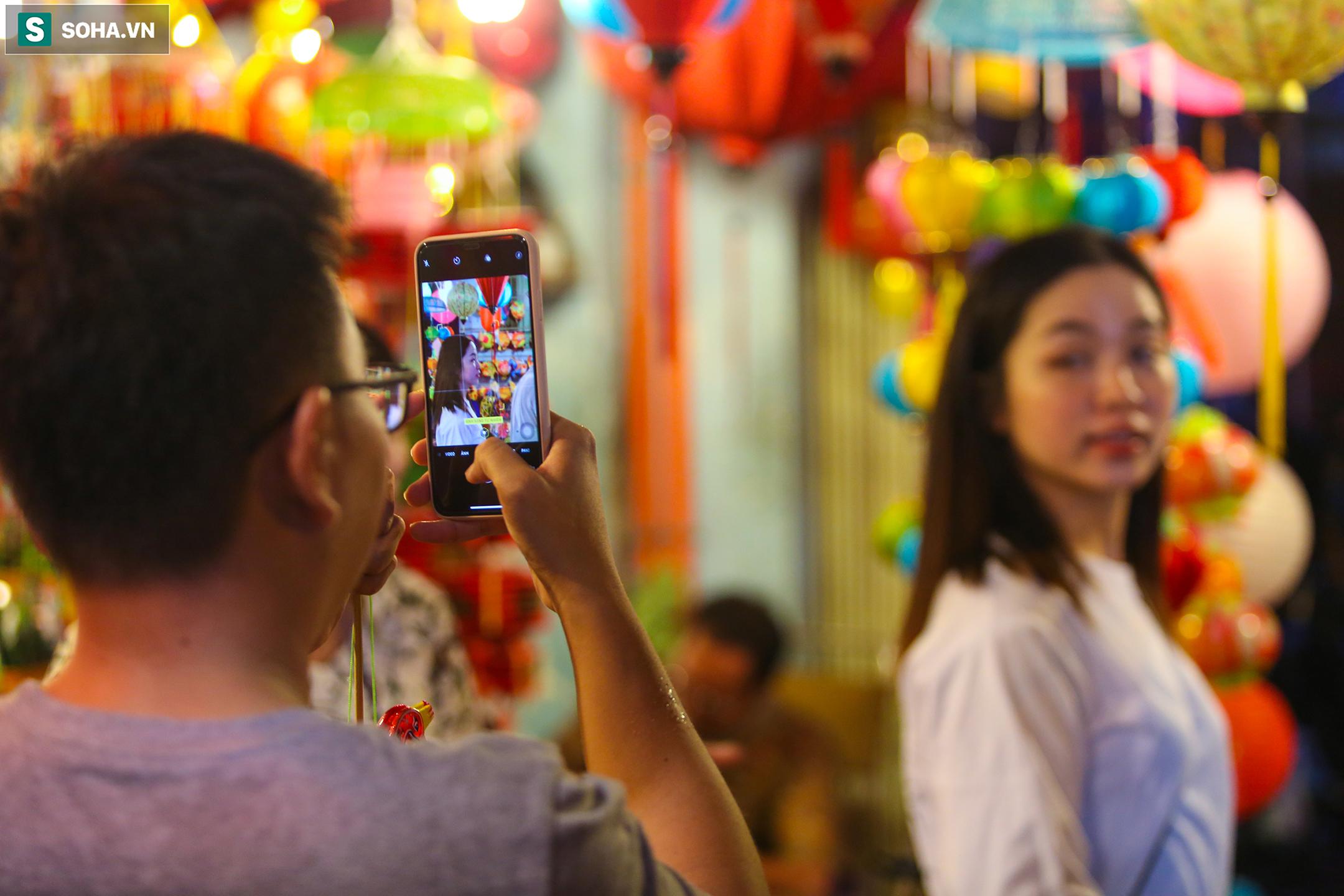[Ảnh] Người dân chen chân check-in ở phố đèn lồng Sài Gòn trước Trung thu - Ảnh 7.